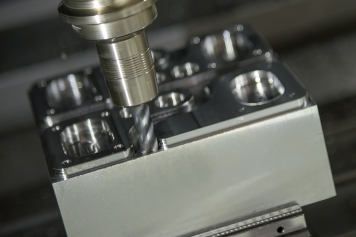 The CNC milling machine use solid  flat endmill tool for cutting  the automotive mold part .